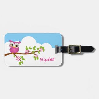 Chica lindo del búho en una etiqueta del equipaje