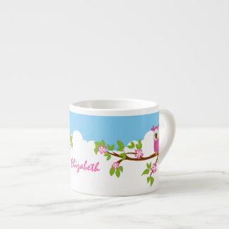 Chica lindo del búho en una taza del café express taza espresso