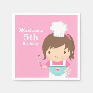 Chica lindo del cocinero del panadero que cocina a servilleta de papel