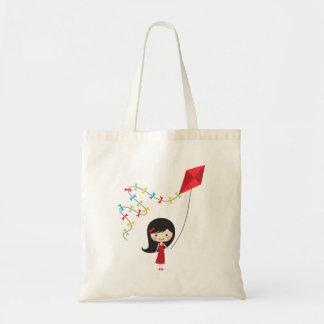 Chica lindo del dibujo animado con la cometa bolsas