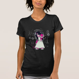 chica lindo del emo que lleva a cabo arte del camisas