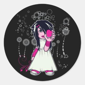 chica lindo del emo que lleva a cabo arte del pegatinas redondas