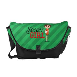Chica lindo del fútbol del dibujo animado que sost bolsas de mensajeria