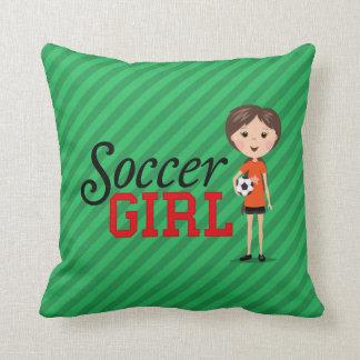 Chica lindo del fútbol del dibujo animado que sost almohadas