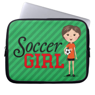 Chica lindo del fútbol del dibujo animado que sost manga portátil