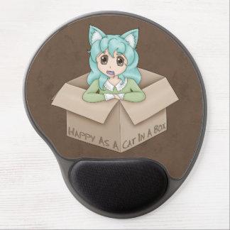 Chica lindo del gato en una caja