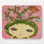 Chica lindo - ella crece un árbol tapetes de ratón