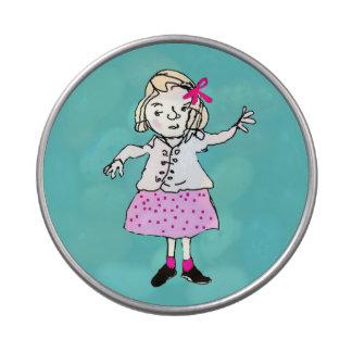 chica lindo en vestido rosado latas de caramelos