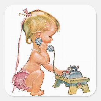 Chica lindo que habla en el teléfono pegatina cuadrada