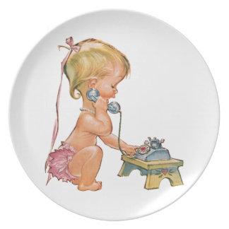 Chica lindo que habla en el teléfono plato para fiesta