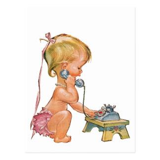 Chica lindo que habla en el teléfono postal
