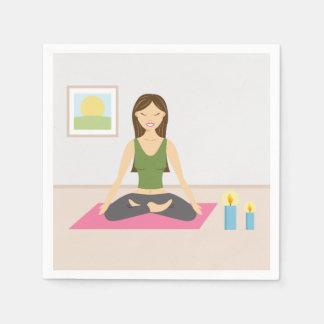 Chica lindo que hace yoga en un cuarto bonito servilleta desechable