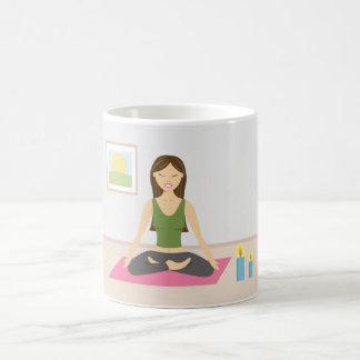 Chica lindo que hace yoga en un cuarto bonito taza