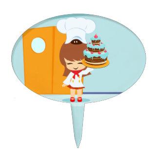 Chica lindo que sostiene la torta de cumpleaños de figuras para tartas