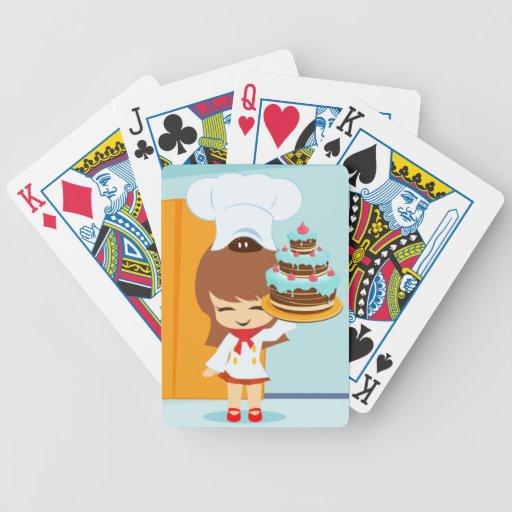 Chica lindo que sostiene la torta de cumpleaños de baraja cartas de poker