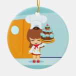 Chica lindo que sostiene la torta de cumpleaños de adorno de navidad
