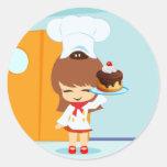 Chica lindo que sostiene la torta de cumpleaños etiqueta redonda