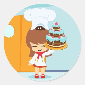 Chica lindo que sostiene la torta de cumpleaños pegatina redonda