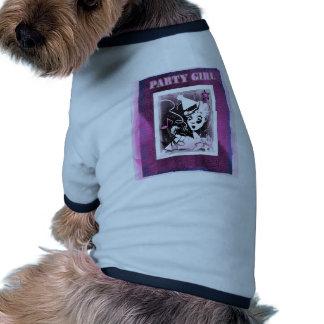 Chica marchosa en rosa camisa de perro