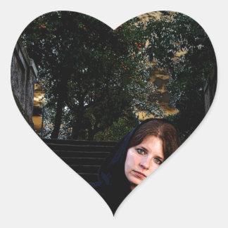 Chica medieval en las escaleras calcomanías de corazones
