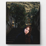 Chica medieval en las escaleras placa