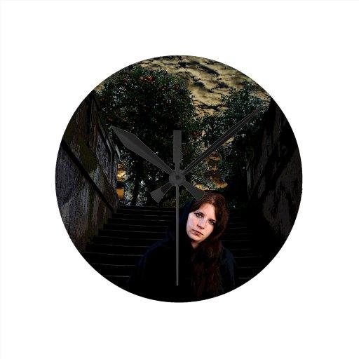 Chica medieval en las escaleras relojes de pared