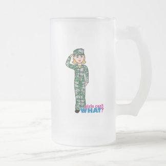 Chica militar rubio en Camo Taza De Cristal