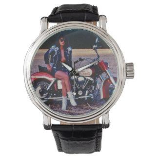 Chica modelo clásico en una motocicleta reloj