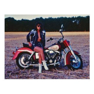 Chica modelo clásico en una motocicleta postales