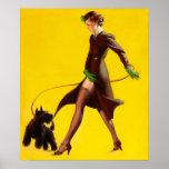 Chica modelo de la aleta que camina su perro posters