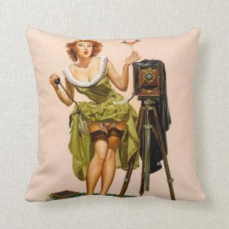 Chica modelo de la cámara del vintage cojin