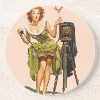 Chica modelo de la cámara del vintage posavasos cerveza