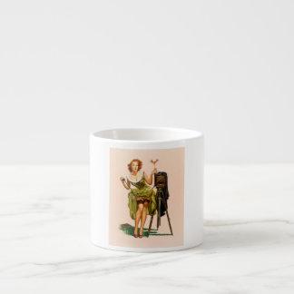Chica modelo de la cámara del vintage taza espresso