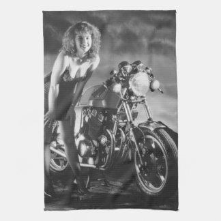 Chica modelo de la motocicleta toalla de mano