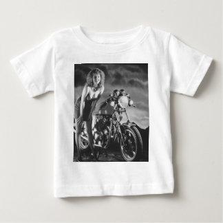 Chica modelo de la motocicleta playera de bebé