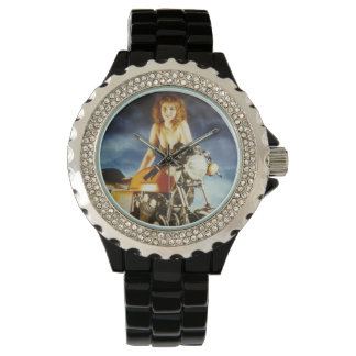 Chica modelo de la motocicleta relojes de mano