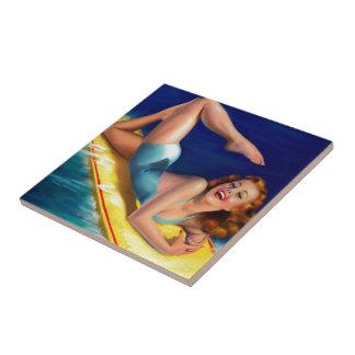 Chica modelo de la persona que practica surf retra azulejos cerámicos
