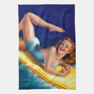 Chica modelo de la persona que practica surf retra toalla