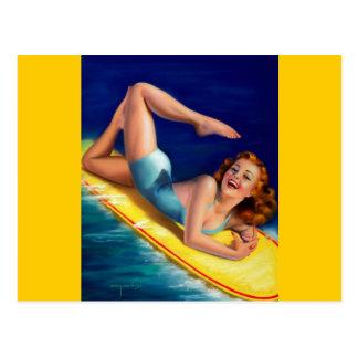 Chica modelo de la persona que practica surf retra postal