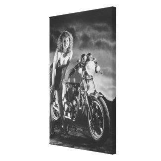 chica modelo de los años 80 con la motocicleta lona estirada galerias