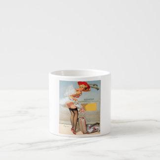 Chica modelo del accidente del equipaje taza de espresso