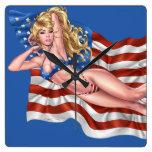 Chica modelo del bikini de la bandera americana po reloj de pared
