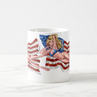 Chica modelo del bikini de la bandera americana taza de café