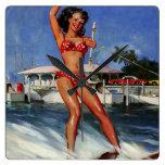 Chica modelo del esquí acuático retro de Gil Elvgr Relojes De Pared