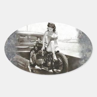 CHICA MODELO EN LA MOTOCICLETA PEGATINA OVALADA