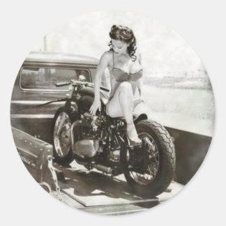 CHICA MODELO EN LA MOTOCICLETA PEGATINA REDONDA