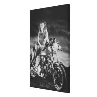 Chica modelo en una motocicleta lona envuelta para galerias