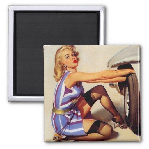 Chica modelo retro del mecánico de coche de Gil El Imán