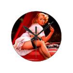 Chica modelo retro del mecánico de coche de Gil El Reloj De Pared