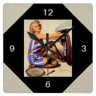 Chica modelo retro del mecánico de coche de Gil El Reloj Cuadrado